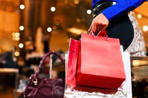 Frau beim Shopping im Kaufhaus